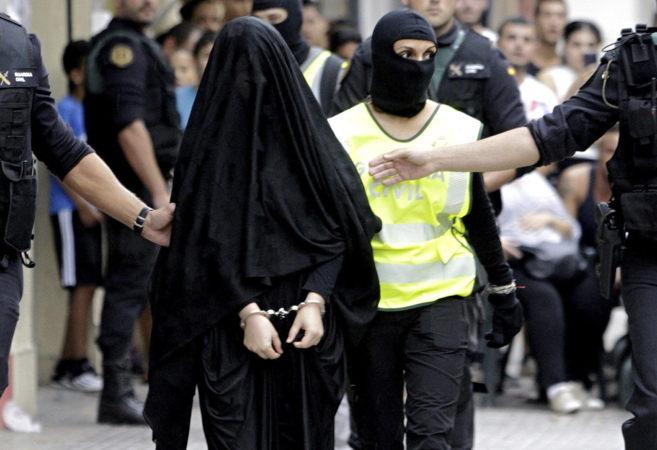 La presunta yihadista en el momento de ser trasladada al coche de la...