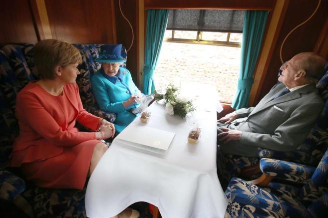 La ministra principal de Escocia, Nicola Sturgeon, con la Reina de...