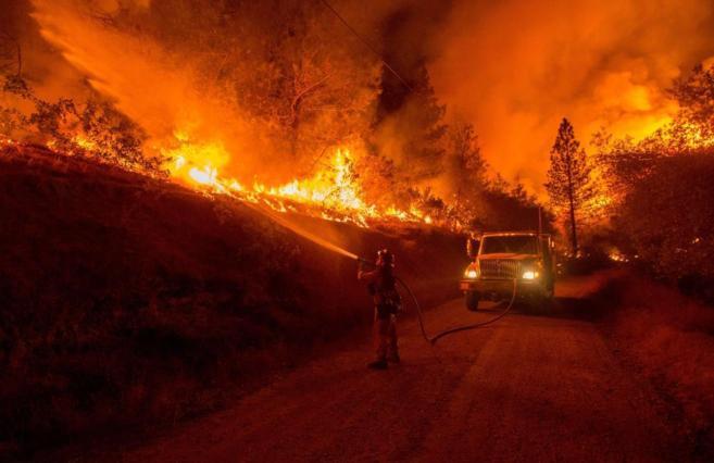 Un bombero lucha contra el fuego en San Andreas, California.