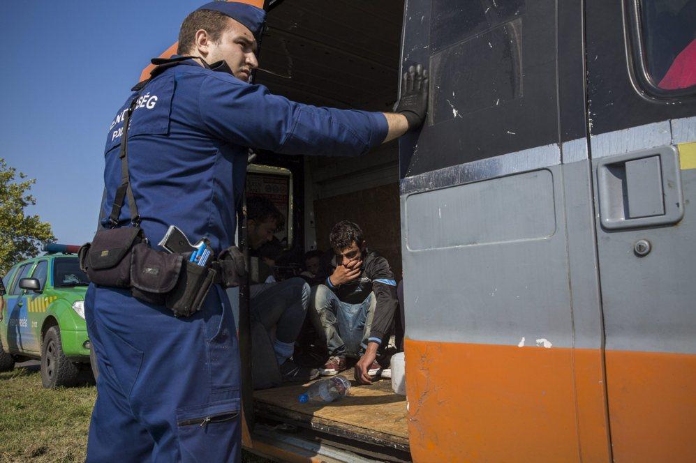 Policías húngaros detienen una furgoneta por transporte ilegal de...