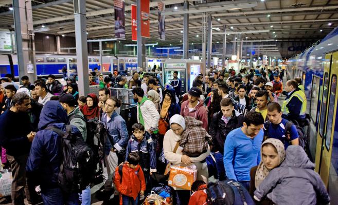 Refugiados recién llegados, ayer, a la principal estación de la...