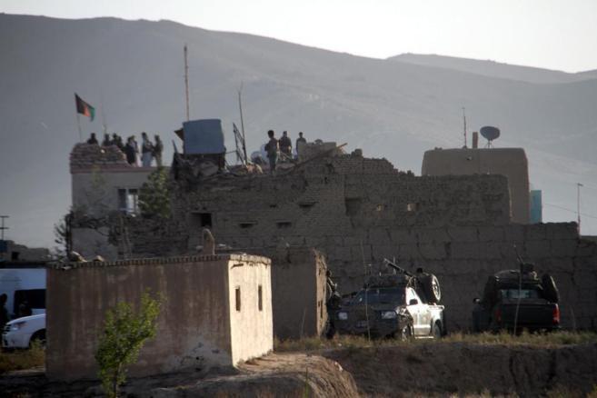 Funcionarios de seguridad afganos inspeccionan la prisión tras el...