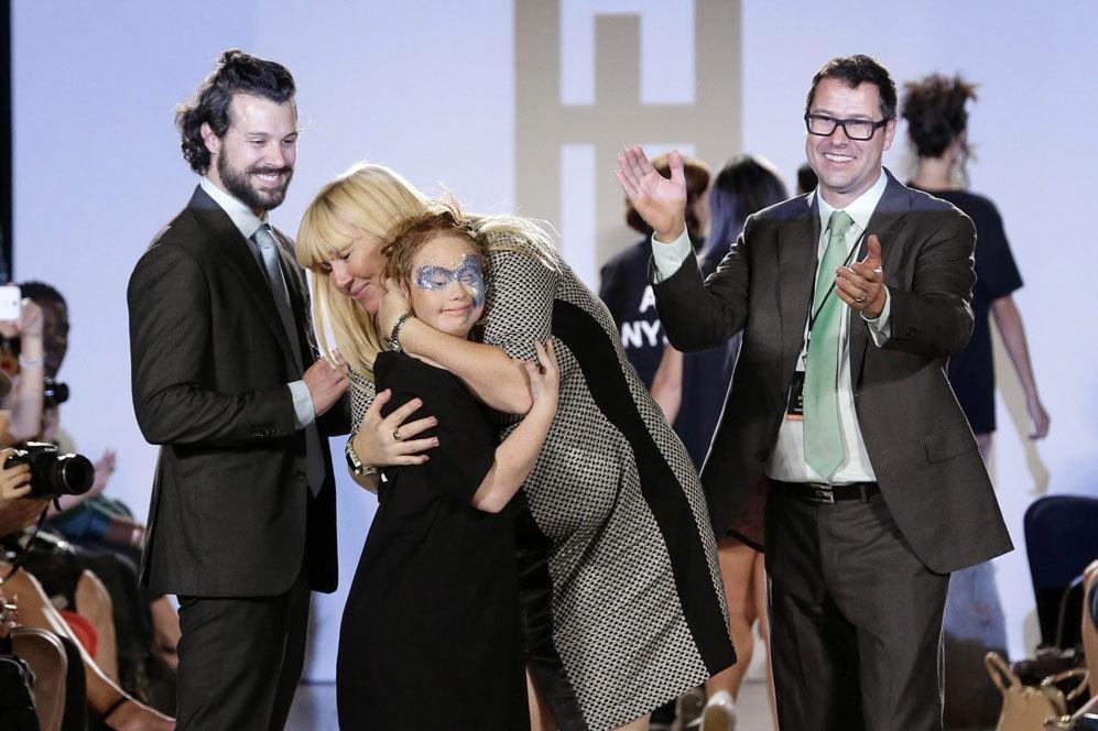 Junto a su madre, Rosanne Stuart y los diseñadores Hendrik Vermeulen...