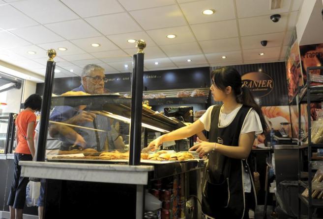 Yanwei Ye, camarera del forn Granier de Navas, atendiendo a un...