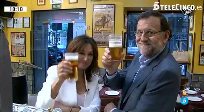 Mariano Rajoy brinda con unas cañas con la periodista Ana Rosa...