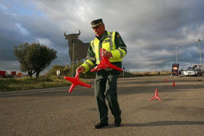 Un agente de Tráfico disponiéndose a efectuar un control rutinario.