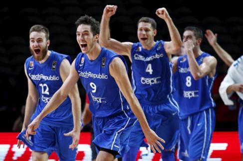 Los jugadores de la República Checa celebran su victoria ante...