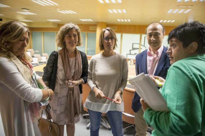 Ana Oregi con varios parlamentarios en la comisión por el cambio...