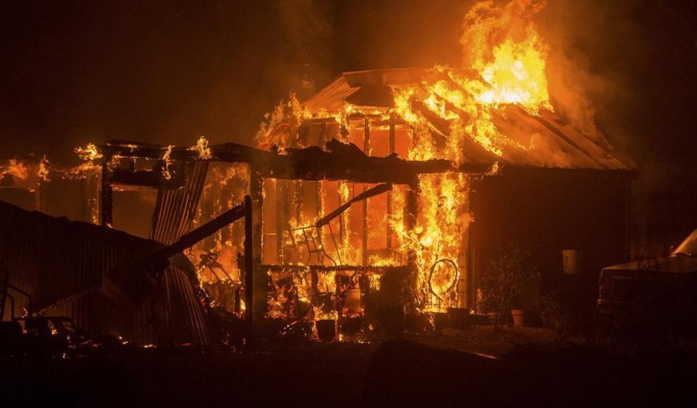 Una residencia de Siegler Canyon Rd. devorada por las llamas.