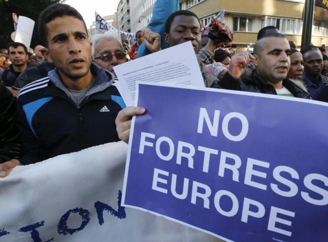 Varios refugiados se manifiestan durante la reunión de los ministros...