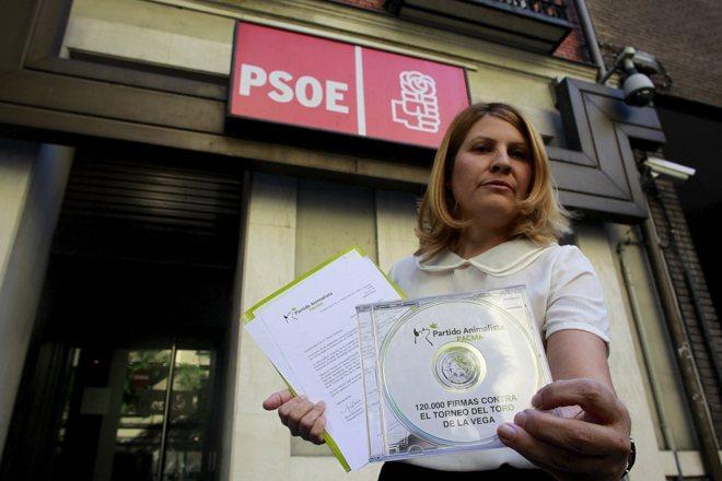 La presidenta del Pacma posa con las firmas destinadas a Pedro...