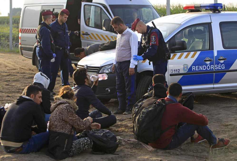 Policías húngaros detienen a varios refugiados por cruzar...