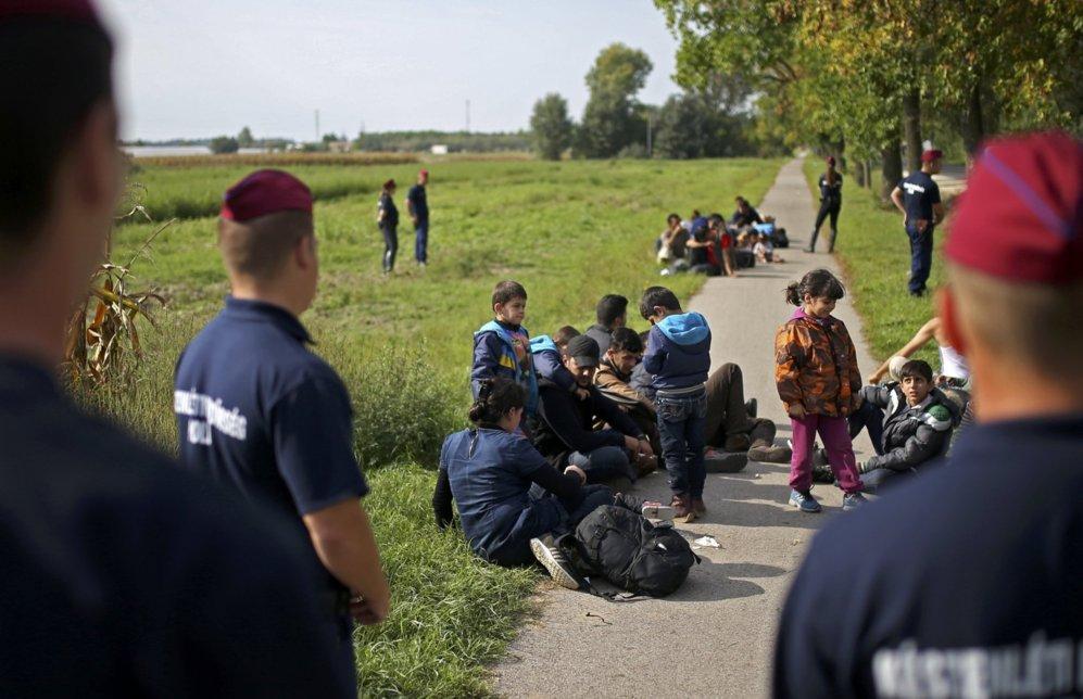 Varias familias esperan rodeadas por agentes de policía tras ser...