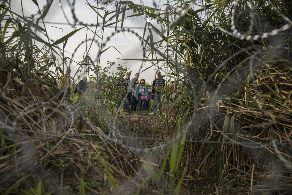 Una familia camina por el lado serbio de la alambrada.