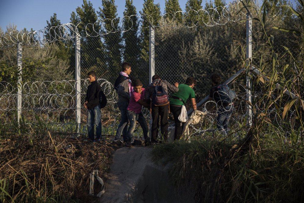 Varios refugiados tratan de forzar la valla para acceder a Hungría,...