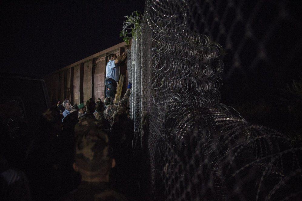 Policías y soldados finalizan anoche el cierre de la valla en el paso...