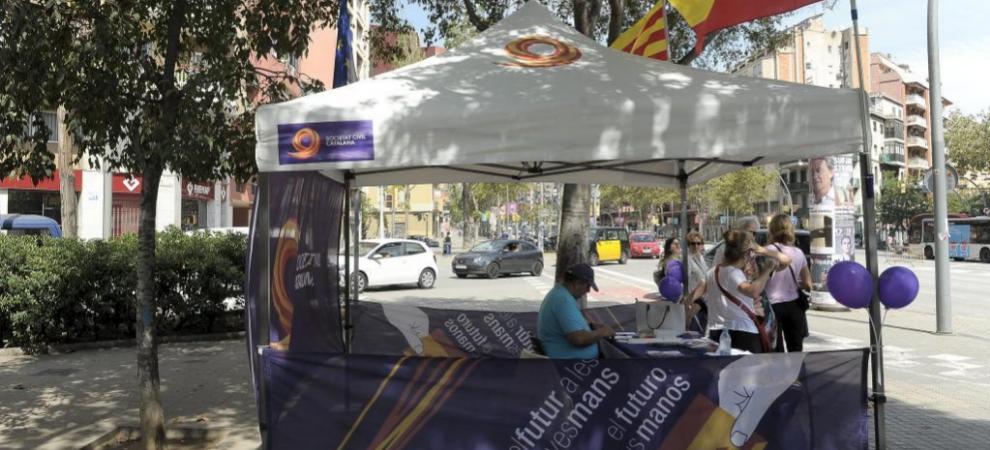 Carpa de información de Societat Civil Catalana en Barcelona