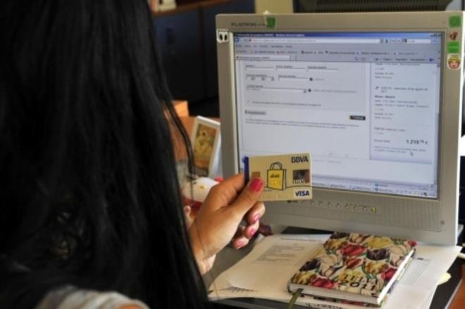 Una chica realiza sus compras por internet