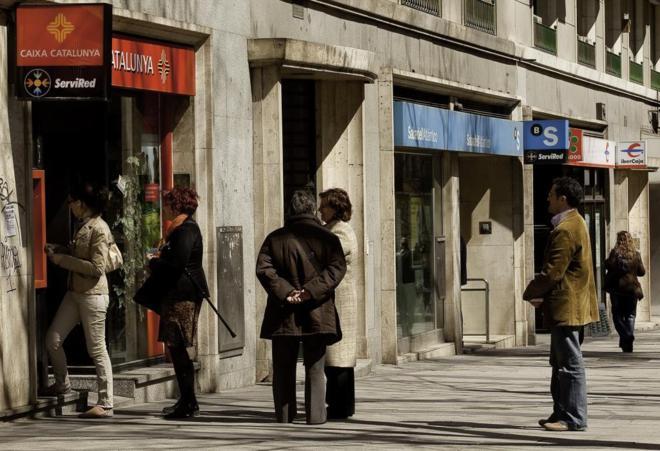 Una calle con varios cajeros de diferentes entidades bancarias