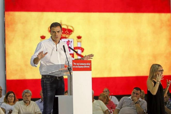 Pedro Sánchez, durante un mitin del PSC en Santa Coloma, con la...