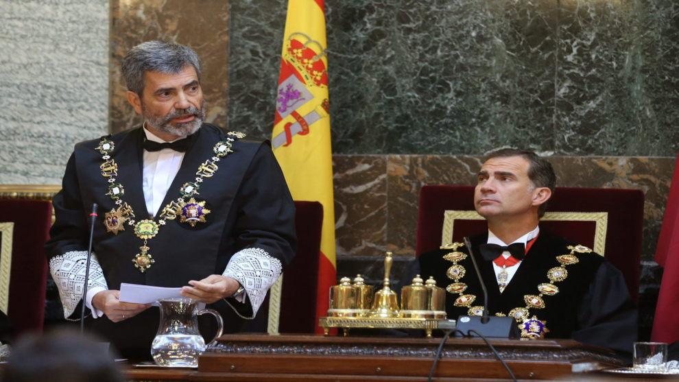 El presidente del Tribunal Supremo, Carlos Lesmes, junto al Rey Felipe...