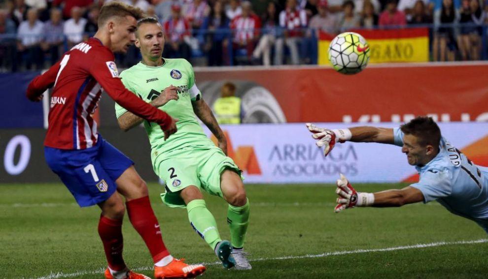 Antoine Griezmann se anticipa a Alexis para batir a Guaita en la acción del  2-0 en el Calderón. SERGIO PEREZREUTERS 0aa1fa40438d0
