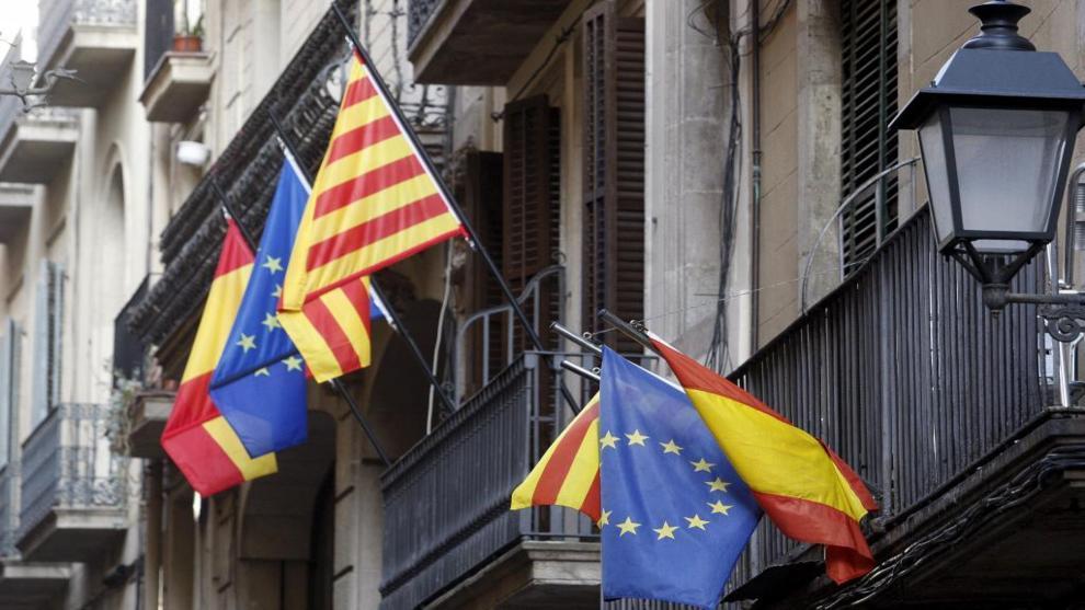 Banderas de España, la Unión Europea y Cataluña en una calle de...