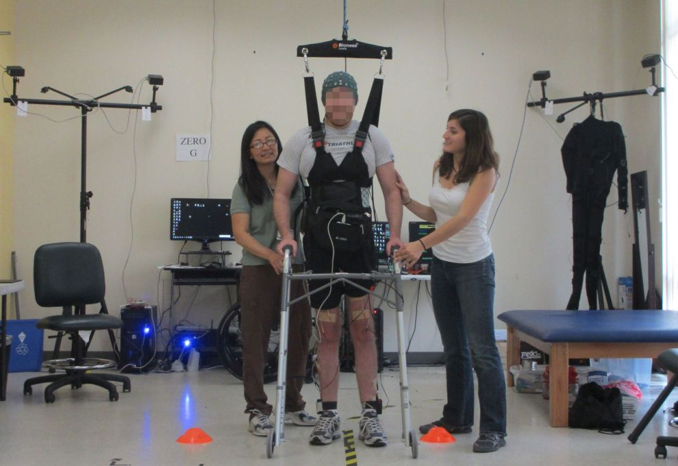 Un joven parapléjico consigue caminar con un sistema experimental.