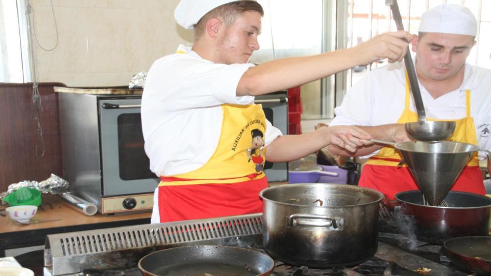 Dos militares españoles durante uno de los cursos de cocina en el...