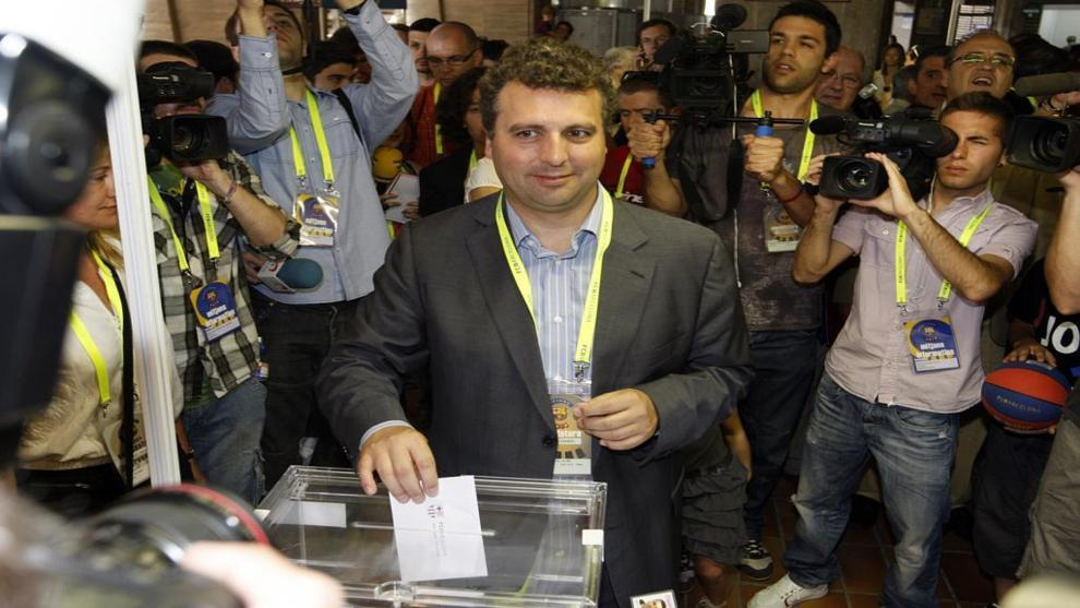 Jaume Ferrer Graupera votando en el Camp Nou en 2010.