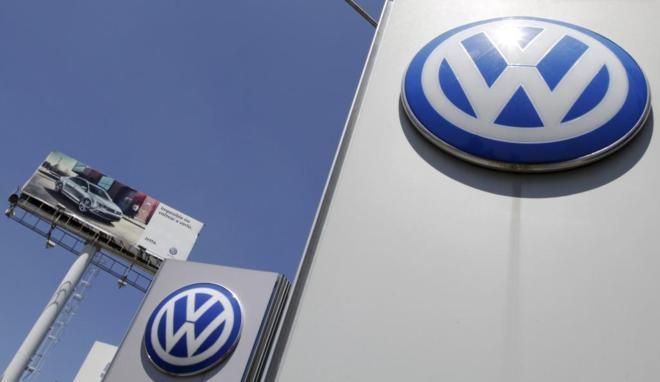 Logotipo de Volkswagen a la entrada de uno de sus concesionarios