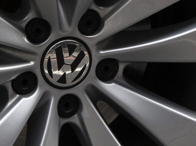 Logotipo de la compañía alemana en la rueda de uno de sus vehículos