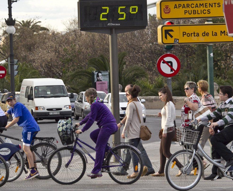 Varias personas pasean por el centro de Valencia con temperaturas que...