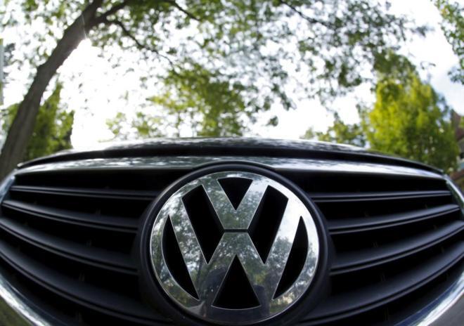Logotipo de Volkswagen en la parte delantera de un vehículo
