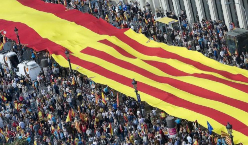 Una bandera española y catalana en la celebración del Día de la...