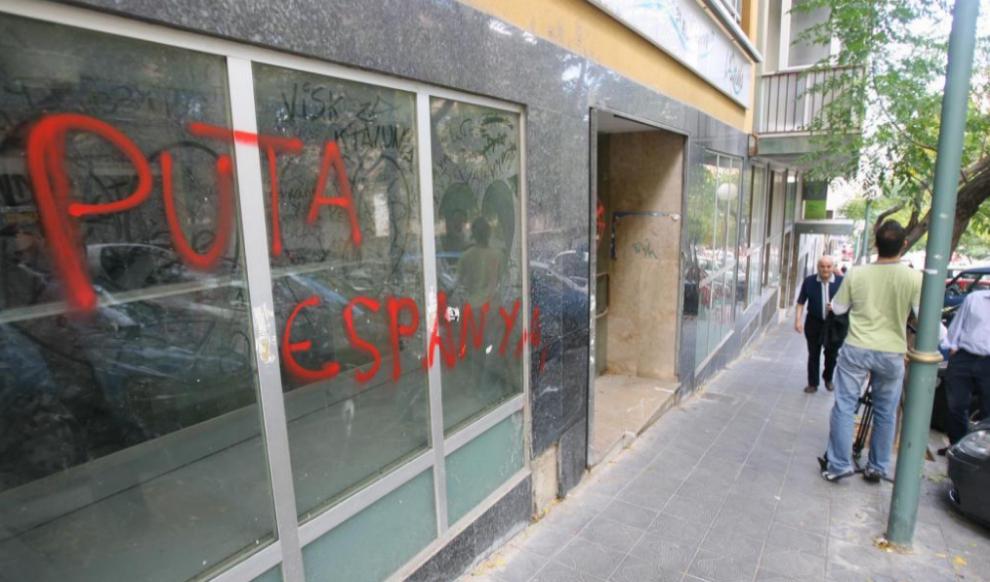Pintada con insultos a España en la fachada de la sede del PP en...