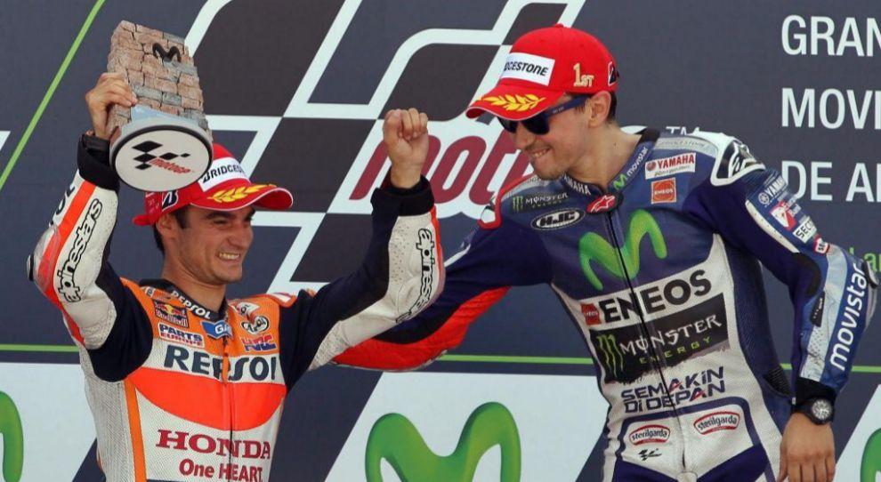Dani Pedrosa (izq.) y Jorge Lorenzo, en el podio de Alcañiz.