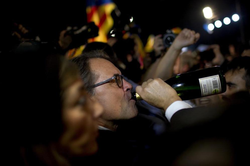 Artur Mas, bebiendo cava, tras la rueda de prensa en la que Junts Pel...