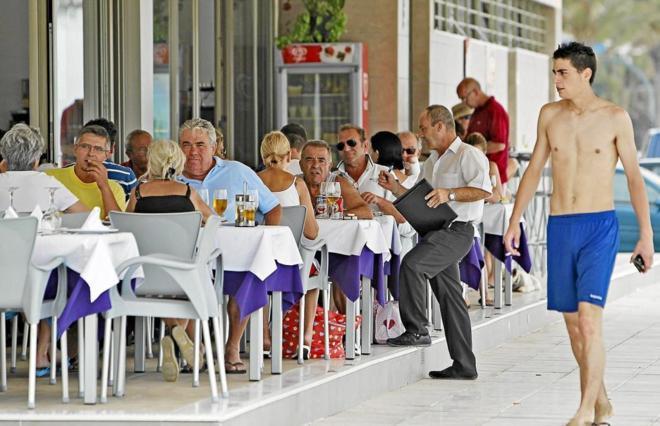 Un restaurante en una localidad costera