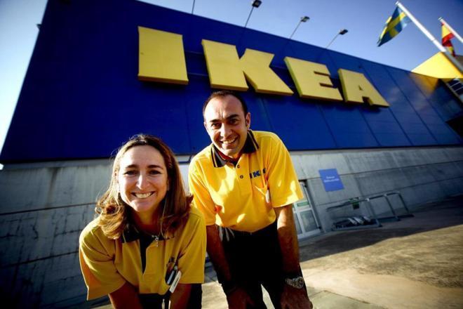 El nuevo director de la tienda IKEA Sevilla (D) junto a la directora...