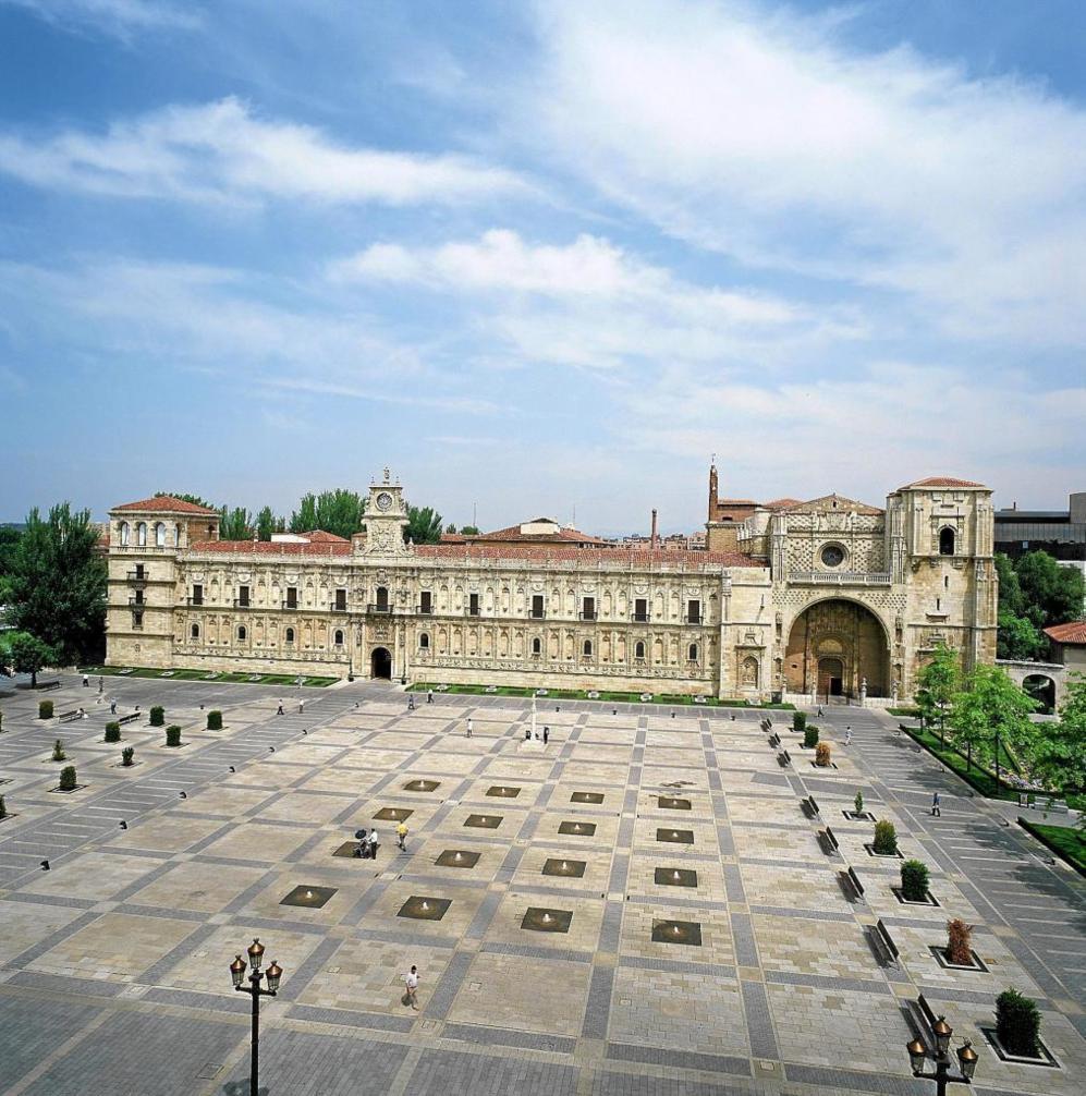 Vista general del edifico del Parador de San Marcos.
