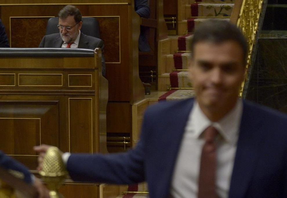 El presidente del Gobierno y el líder del PSOE, ayer en el Congreso.