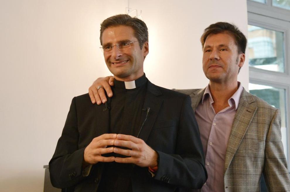 Resultado de imagen para padre charamsa y su pareja gay