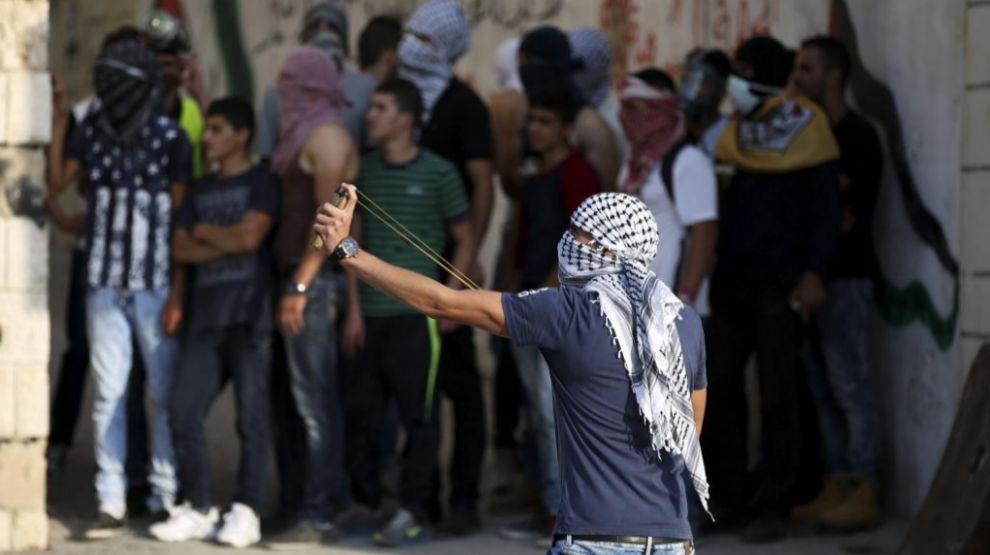 Un joven se enfrenta al Ejército israelí como protesta por la muerte...