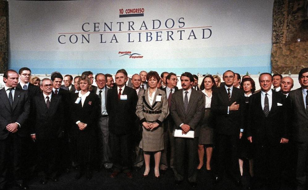 Rodrigo Rato (primero por la izquierda), con José Manuel Otero Novas,...