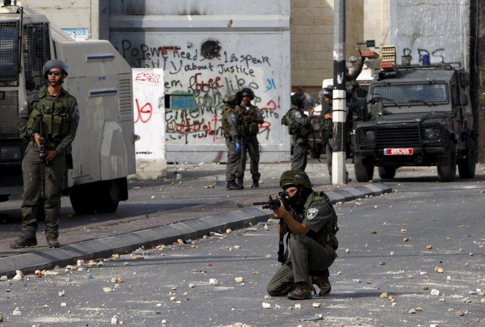 Un soldado hebreo apunta con la mirilla de su arma en la ciudad...