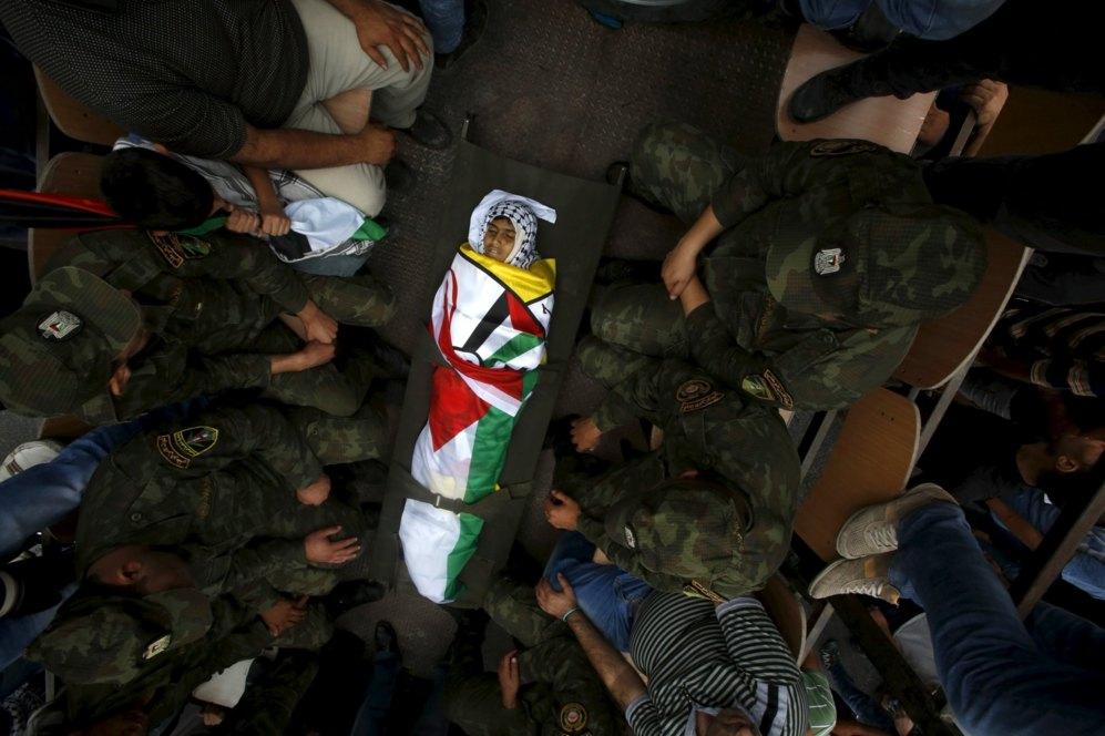 Vecinos y familiares se congregan en torno al cuerpo de Abdel Rahman...
