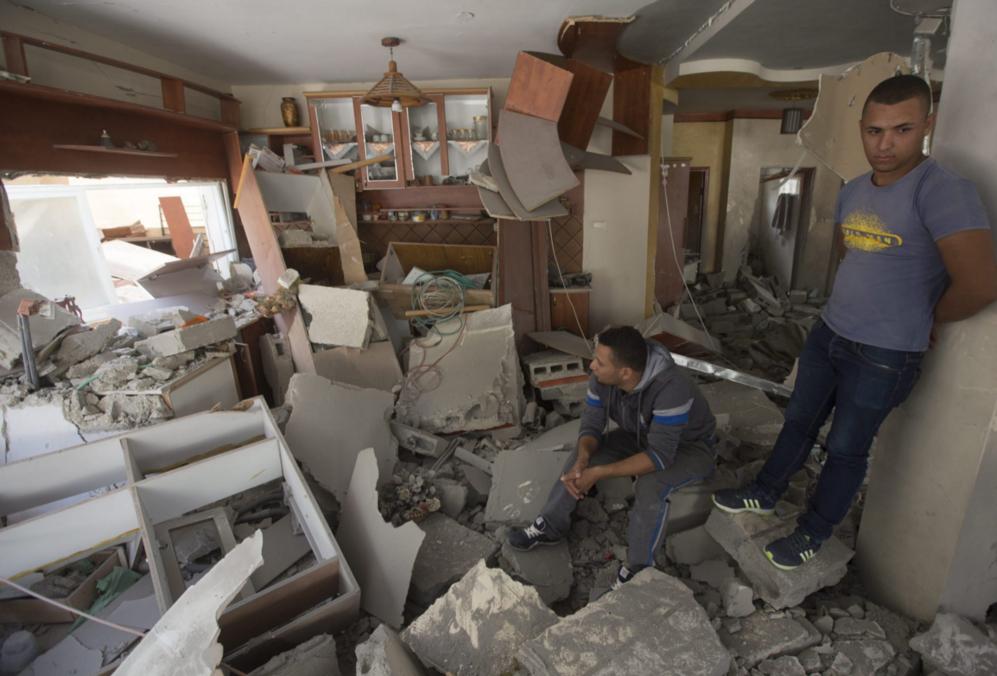Dos vecinos de Jerusalén Este en la casa -recién demolida por el...