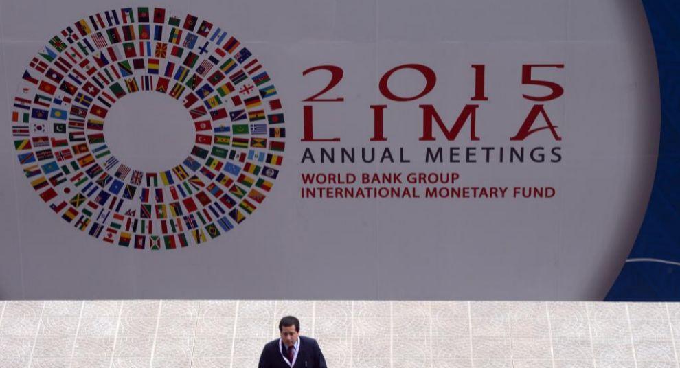 Cartel de la Asamblea Anual del FMI, que se celebra estos días en...