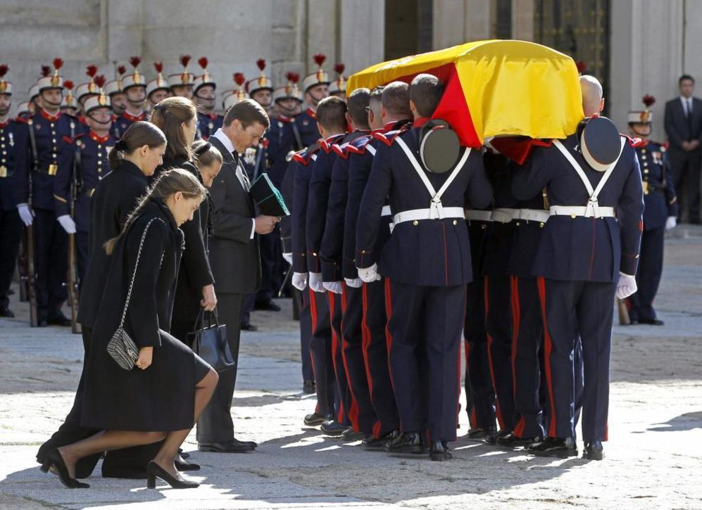 Los hijos del duque de Calabria rinden un homenaje a su padre.